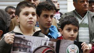 Madayan asukkaiden puolesta mieltään osoittavia ihmisiä Punaisen ristin kansainvälisen komitean pääkonttorin ulkopuolella Beirutissa Libanonissa.