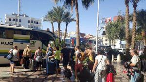 Turistit lähtevät Hurghadan Bella Vista -hotellista sen jälkeen kun kaksi miestä iski hotelliin puukkojen kanssa. Iskussa haavoittui kolme hotellin asukasta.