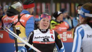 Krista Pärmäkoski sai onnittelut Kerttu Niskaselta (oik). lauantain hiihdon jälkeen.