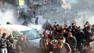 Turkin poliisi ja kurdimielenosoittajat ottivat yhteen Diyarbakirin kaupungissa 22. joulukuuta.