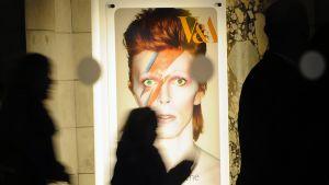 Victoria&Albert -museon mainosjuliste vuonna 2013. Kyseinen David Bowie näyttely juhlisti artistin viisikymmentä vuotta kestänyttä uraa.