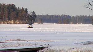 Katumaasturi ajaa Kuolimolla jäätietä pitkin