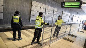 Poliisit partioivat Hyllien rautatieasemalla Malmössä.