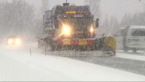 Aurausauto tiellä lumisateessa