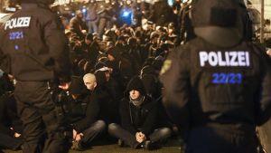 Poliisit pidättöävät mielelnosoittajia Saksan Leipzigissä