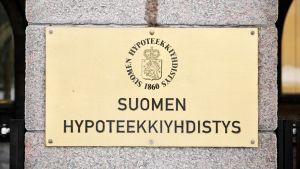 Suomen Hypoteekkiyhdistyksen kyltti Hypo-talon julkisivussa Helsingissä.