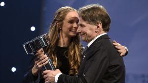 Juulia Kontio antaa Urheilun lähettilään palkinnon isälleen Jorma Kontiolle.