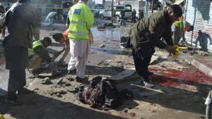 Pakistanin turvallisuusviranomaiset tutkivat pommiräjähdyksen tuhoja Quettassa 13. tammikuuta 2016.