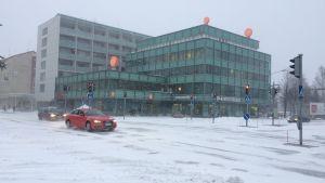 Joensuun Kanavarannan kiinteistö tammikuisessa lumituiskussa.
