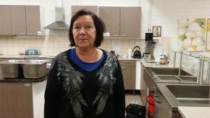 Seija Haapalehto yhdistysten kokoontumistila Kompassiin keittiössä.