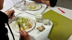 Ruokalautasia ruokapöydässä lähes tyhjänä.