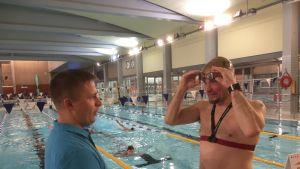 Ammattivalmentaja Lasse Seppänen ja triathlonisti Jyrki Salokorpi Raksilan uimahallissa Oulussa