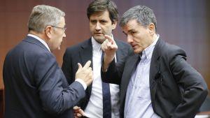 Euroopan vakausmekanismin toimitusjohtaja Klaus Regling keskustelee Kreikan valtiovarainministeri Eudid Tsakalotoksen kanssa.