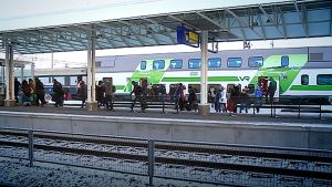 Ihmisiä purkautuu junasta Seinäjoen rautatieasemalle.