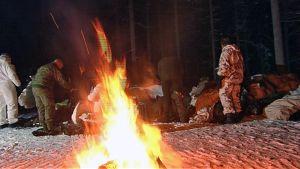 Suomalaisia ja yhdysvaltalaisia sotilaita talvisodankäynnin kurssilla Sodankylässä Jääkäriprikaatissa 14.1.2016