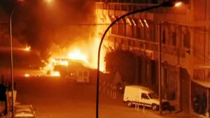 Tulipalo riehuu Splendid Hotelin ulkopuolella.