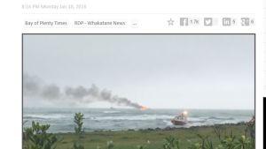 Kuvankaappaus NZ Heraldin julkaisemasta videosta, jossa näkyy tulipalo merellä.