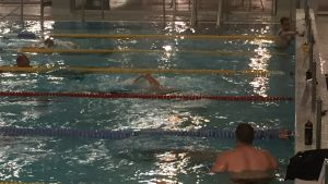 Uimareita Raksilan uimahallissa Oulussa