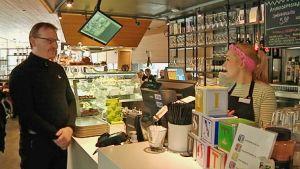 Oulun kahvilakulttuuri kukoistaa esimerkiksi uudessa Makia -kahvila-ravintolassa. Asiakkaana Hannu Eräluoto.