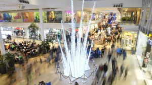 Ihmisiä shoppailemassa ostoskeskus Gallerianissa Tukholmassa.