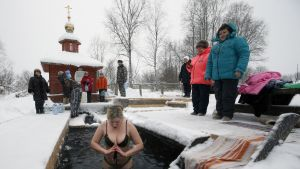 Venäläisnainen kastautuu avannossa Soligalitšissa Kostroman alueella.