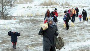 Syyriasta, Irakista ja Afganistanista lähteneitä turvapaikanhakijoita Makedoniassa 18. tammikuuta 2016.