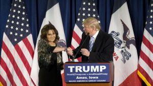 Sarah Palin Donald Trump kättelevät yliopiston lavalla.