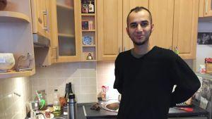 Opiskelija Babak Arzani keittiössä. Hän harkitsee muuttavansa pois Unkarista.