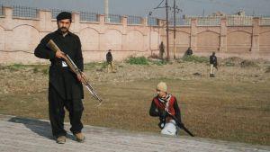Turvamiehet partioivat Bacha Khanin yliopiston edustalla Charsaddassa.