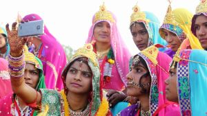 Intialainen morsian kuvasi kännykällä itseään ja ystäviään Bhopalissa.