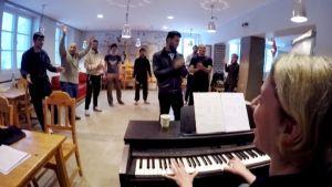 Turvapaikanhakijat opettelevat suomen kieltä laulamalla.