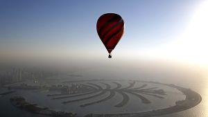 Kuumailmapallo Dubain edustalle rakennettujen Palmusaarten yllä.