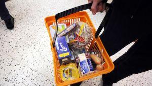 Peruselintarvikkeita ruokakaupan ruokakorissa.