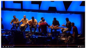 Syyrian kansallinen arabimusiikin orkesteri esiintymässä Gorillaz-yhtyeen kanssa.