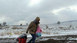 Syyrialainen turvapaikanhakija Serbian ja Makedonian rajalla.