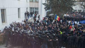 Mielenosoittajat ottivat yhteen poliisin kanssa Moldovan pääkaupungissa Chișinăussa 20. tammikuuta 2016.