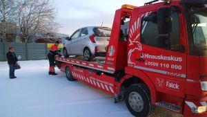 Jukka Tervahauta nouti kaupan parkkipaikalle jämähtäneen Toini Väyrysen auton hinausauton kyytiin 19.1.2016.