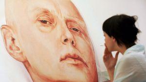 Alexander Litvinenkoa sairasvuoteellaan esittävä maalaus nähtävillä Marat Guelman -galleriassa Moskovassa toukokuussa 2007.