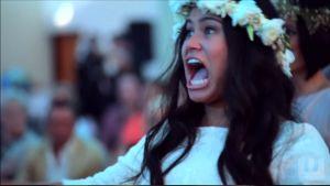 Morsian liikuttui hääparille esitetystä perinteisestä Maori-tanssista ja liittyi mukaan.