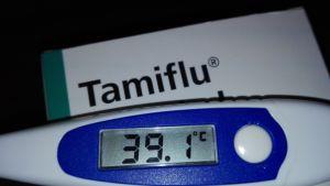 Kuumemittari ja Tamiflu-lääkepaketti.
