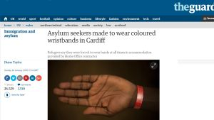 Kuvakaappaus turvapaikanhakijoiden rannekkeesta The Guardian -lehden verkkosivuilta.