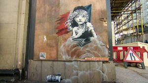 seinämaalaus, jossa kyynelehtivä tyttö