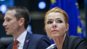 Lähikuva Jensenistä ja Støjbergistä istumassa EU-lipun edessä.