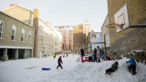 Lapset leikkivät Snelmannin koulun sisäpihalla Helsingissä.