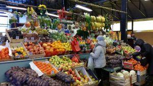 Vihanneksia ja hedelmiä Talikkalan torilla Viipurissa