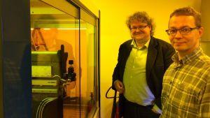 Uutta 3D-tulostinta ihailemassa professori Jyrki Saarinen (vas.) ja yli-insinööri Pertti Pääkkönen.