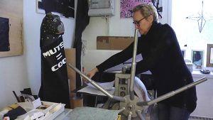 Kuvataiteilija Cata Ahlbäck Mustasaaresta työskentelee omassa pajassaan.