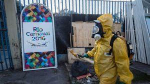 Terveysministeriön työntekijä torjuu moskiittoja Rio de Janeirossa, Brasiliassa 25. tammikuuta.