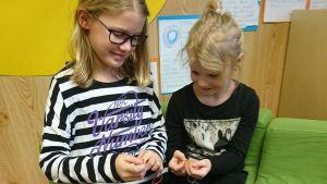 Mimmi Känsälä ja Milla Rajalahti. Tytöt opettelevat sormivirkkausta.