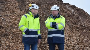 Prometecin toimitusjohtaja Juha Huotari ja tuotepäällikkö Sami Karlsson keskustelevat hakevuoren edessä.